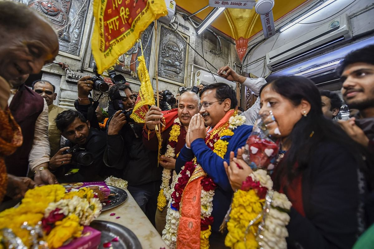 Delhi CM and AAP convenor Arvind Kejriwal (C), accompanied by wife Sunita, Dy CM Manish Sisodia and other party leaders offers prayers at the Hanuman Mandir at Connaught Place, after the partys thumping win in the State Assembly election, in New Delhi, Tuesday, 11 February 2020.