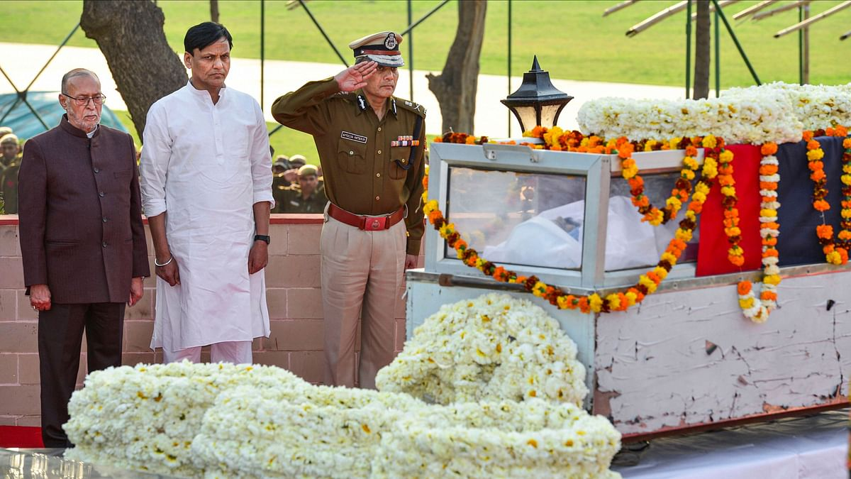 Delhi LG Anil Baijal, MoS Home Nityanand Rai and Delhi Police Commissioner Amulya Patnaik pay their last respects to the mortal remains of police inspector Ratan Lal at Shaheed Smarak Sthal, in New Delhi, Tuesday, 25 February.