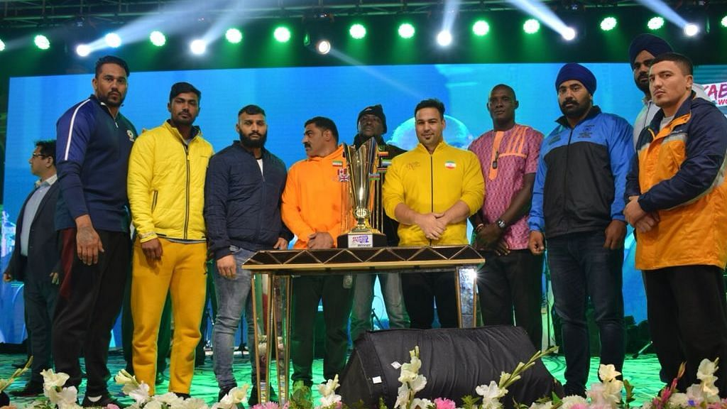 Captains of the teams participating in the World Championship in Pakistan stand with the trophy before the start of the tournament.