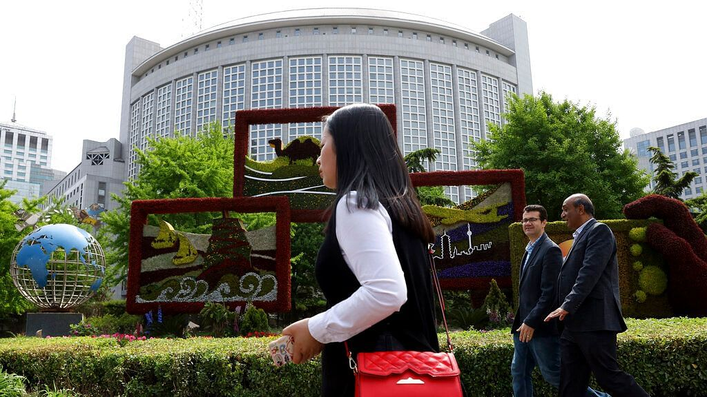 China Expels Three Wall Street Journal Reporters, US Condemns Move