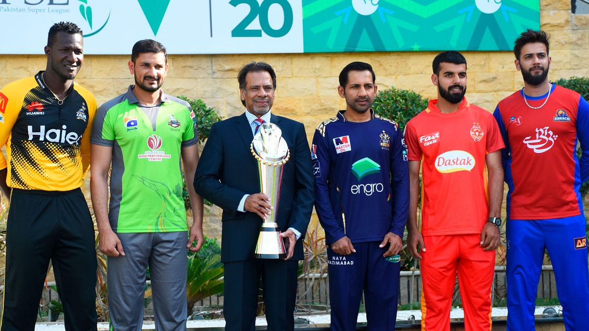 Pakistan's former squash world champion Jahangir Khan holds the PSL trophy along with captains of five participating teams of the league.