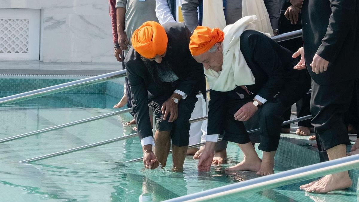 Wearing an orange scarf, Guterres visited different parts of the Gurdwara.