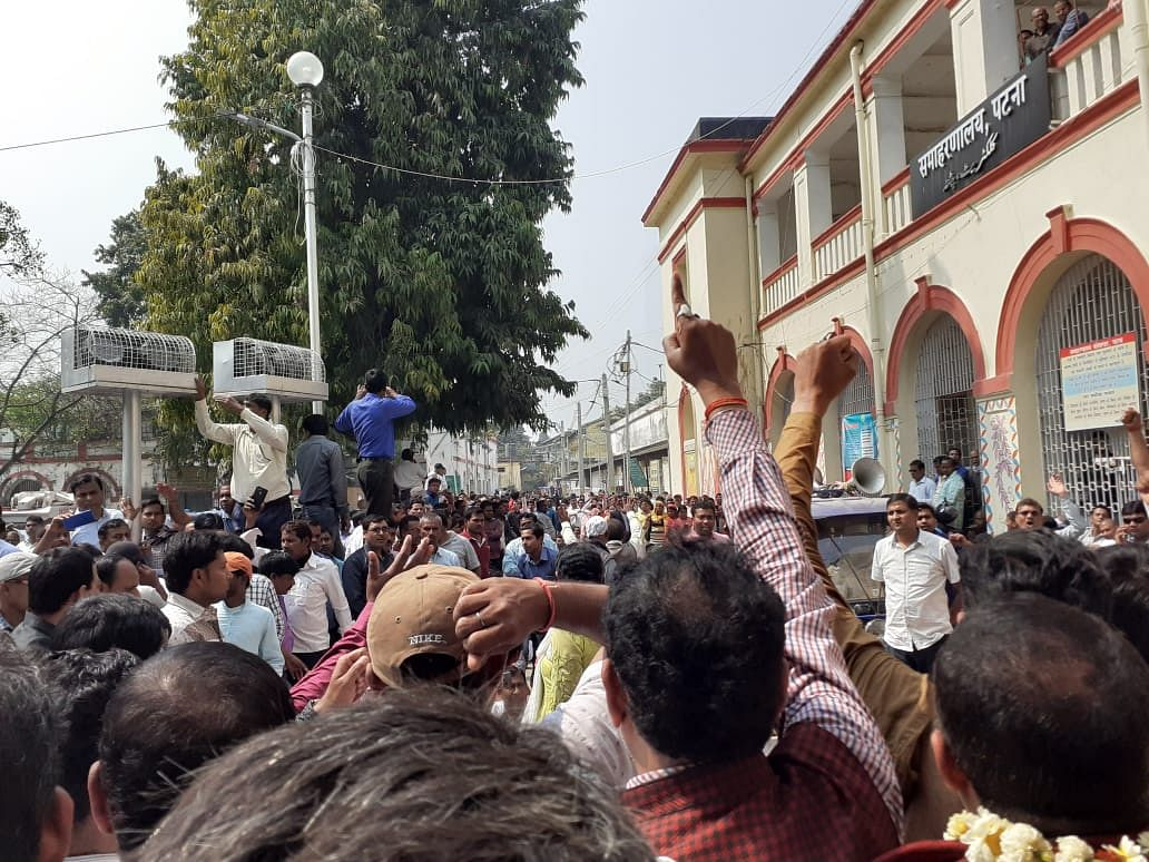 Teachers protesting in front of the Patna Collectorate.