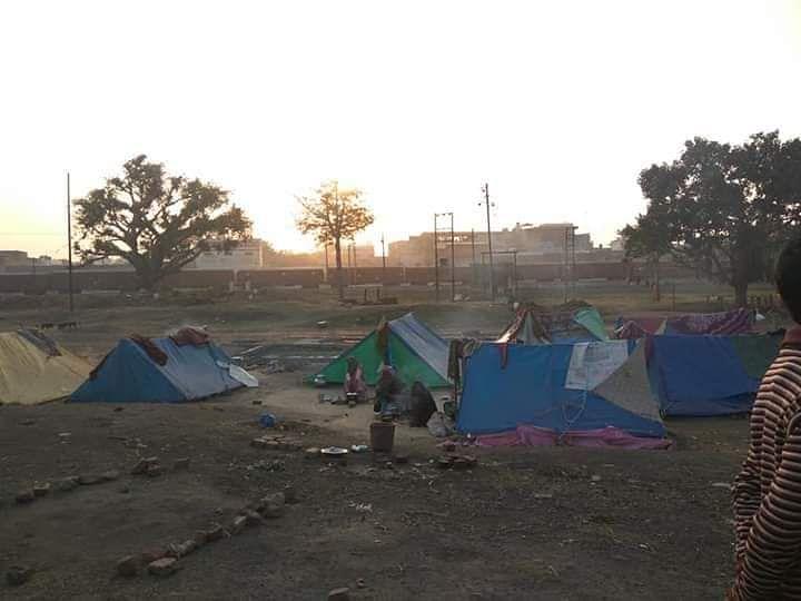 Banjaras setting up tents outside Aligarh.