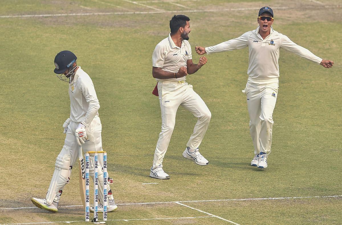 Kolkata: Bengal bowler Mukesh Kumar celebrates with his teammates after dismissing Karnataka batsman Manish Panday (L)