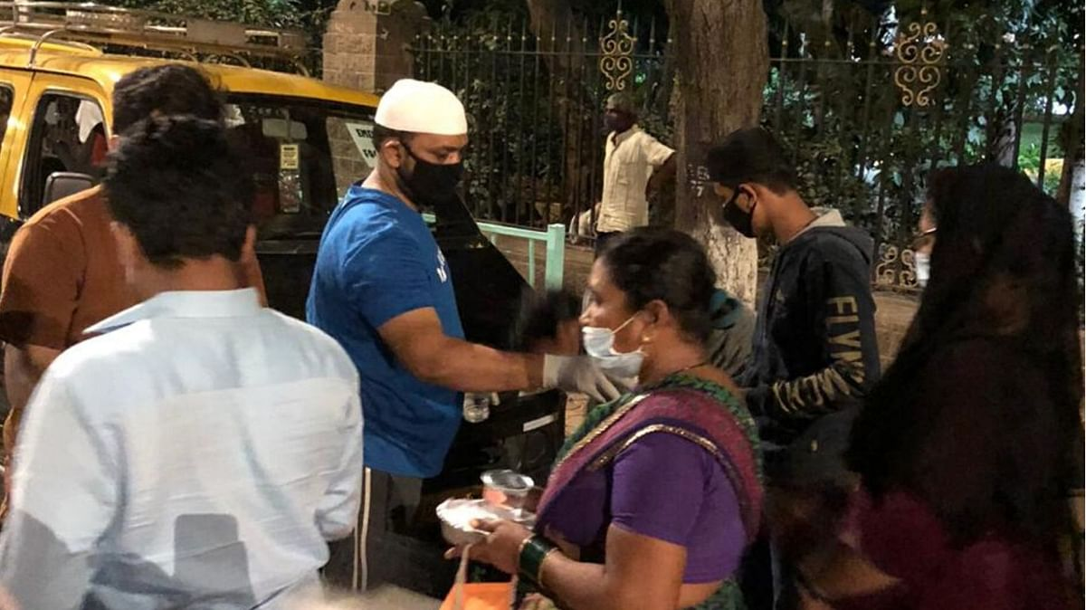 Volunteers distributing food items in Kurla.
