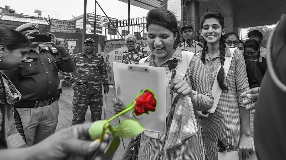 Cops Give Roses to Students Giving Boards in Violence-Hit NE Delhi