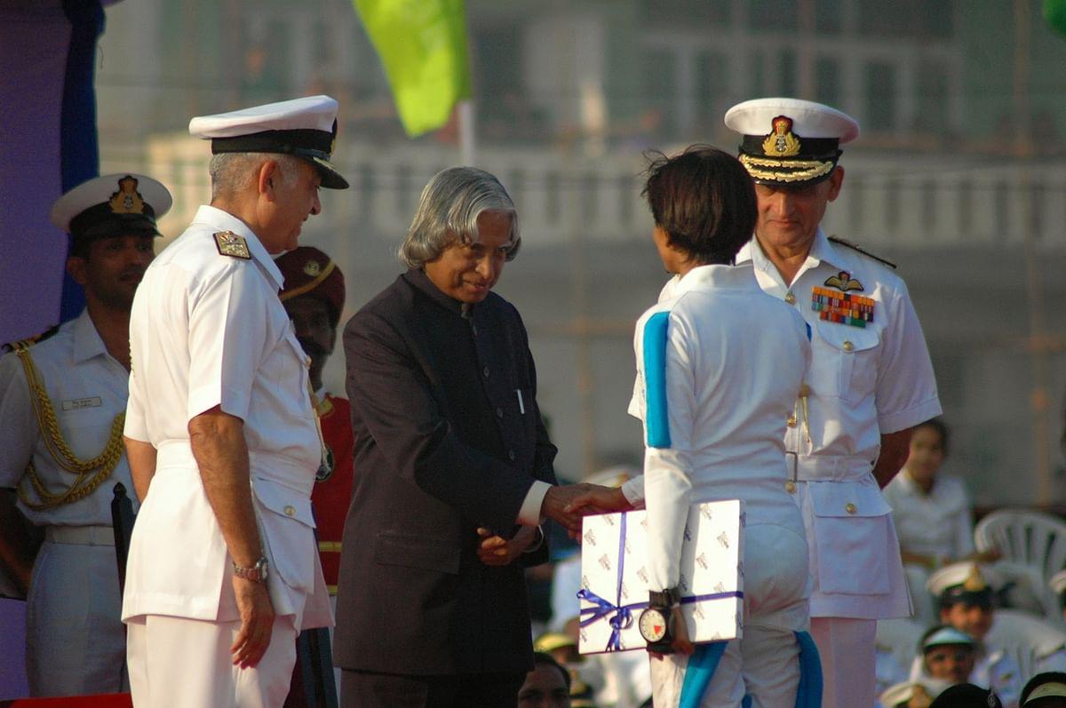 Rashmi greets President APJ Abdul Kalam soon after skydiving on to the dais during PFR 2006. CNS Adm Arun Prakash (R) & FOC-in-C Vice Adm Sureesh Mehta (L) look on.