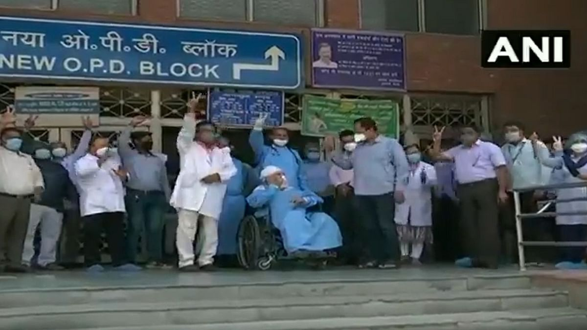 Manmohan Singh, the 82-year-old COVID-19 patient, at Lok Nayak Jai Prakash Narayan hospital with doctors.