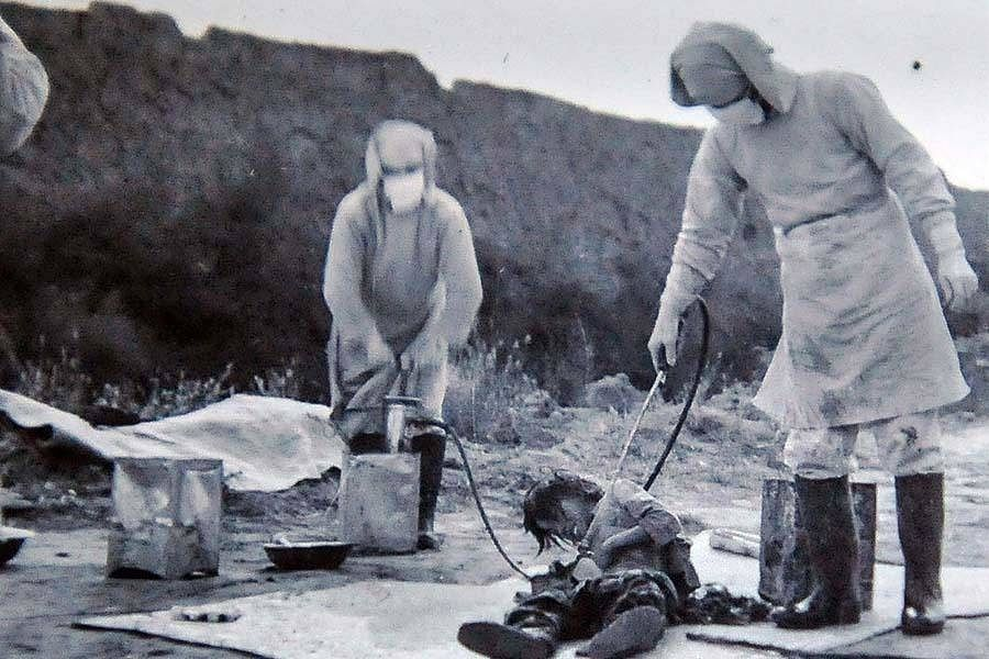 Bacteriological test being conducted at Unit 731 in 1940.