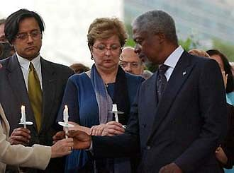 UN Secretary General Kofi Annan and Shashi Tharoor at a candlelight vigil in Sergio's memory.