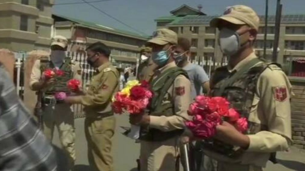 COVID-19: Cops Greet Doctors With Flowers in Kashmir