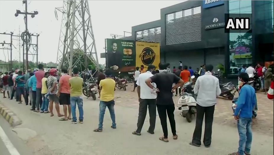 Odisha: Peoplel in large numbers seen outside a liquor shop in Chandrasekharpur in Bhubaneswar, 25 May 2020.