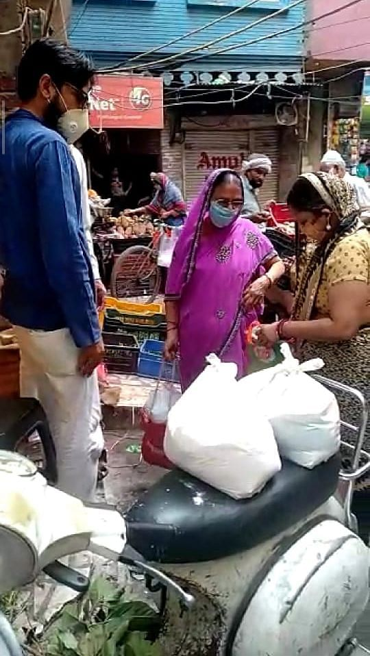 Distribution drive to families in Old Delhi.
