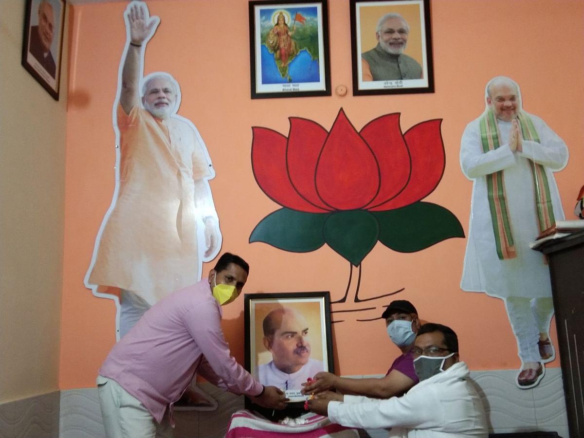 BJP councillor Kanhaiya Lal paying tribute to Syama Prasad Mookerjee