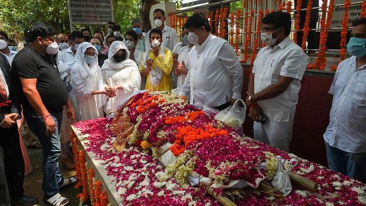 Daughters perform last rites of former SP leader and Rajya Sabha member Amar Singh, at Chhatarpur in New Delhi.