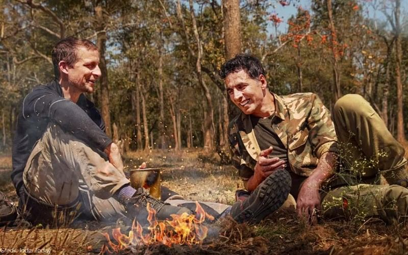Akshay Kumar and Bear Grylls in a still from <i>Into The Wild</i>.