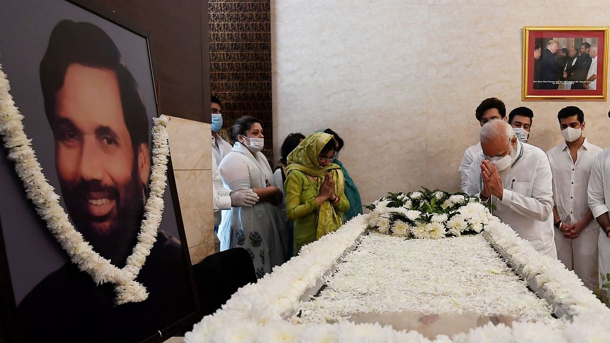 Prime Minister Narendra Modi paid his last respects to Union Minister and LJP leader Ram Vilas Paswan at his residence in Delhi on Friday, 9 October.