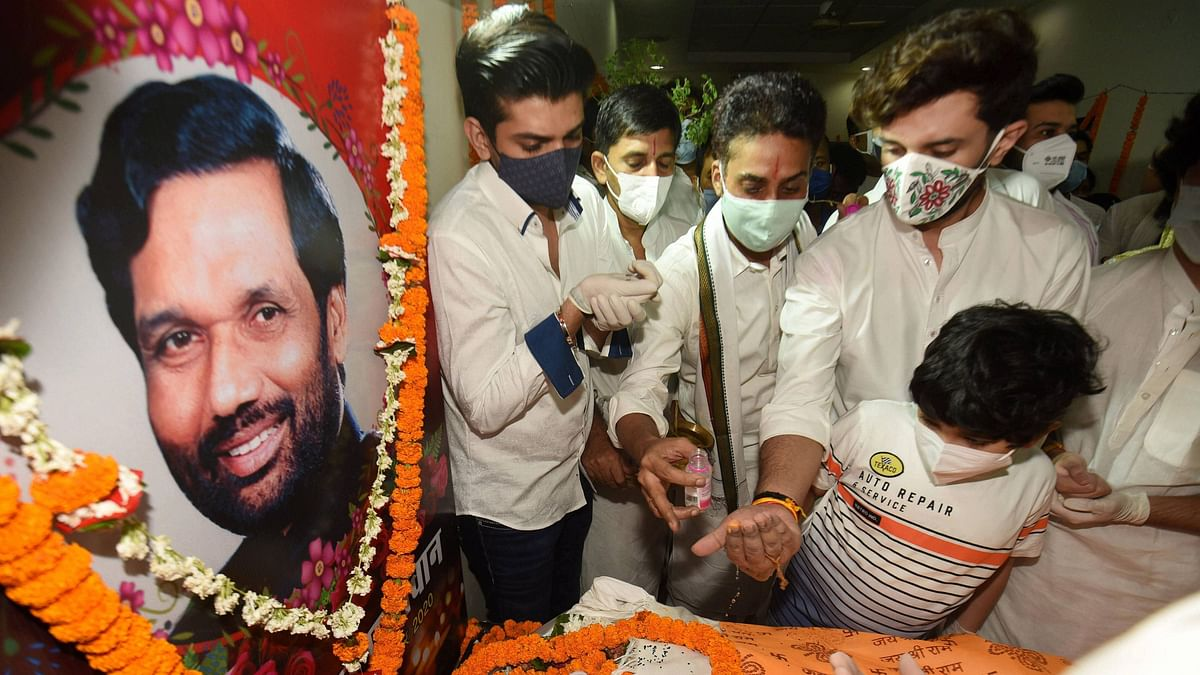 Union Minister Ram Vilas Paswan's mortal remains were flown to Patna from Delhi on 9 October, Friday, for his last rites.