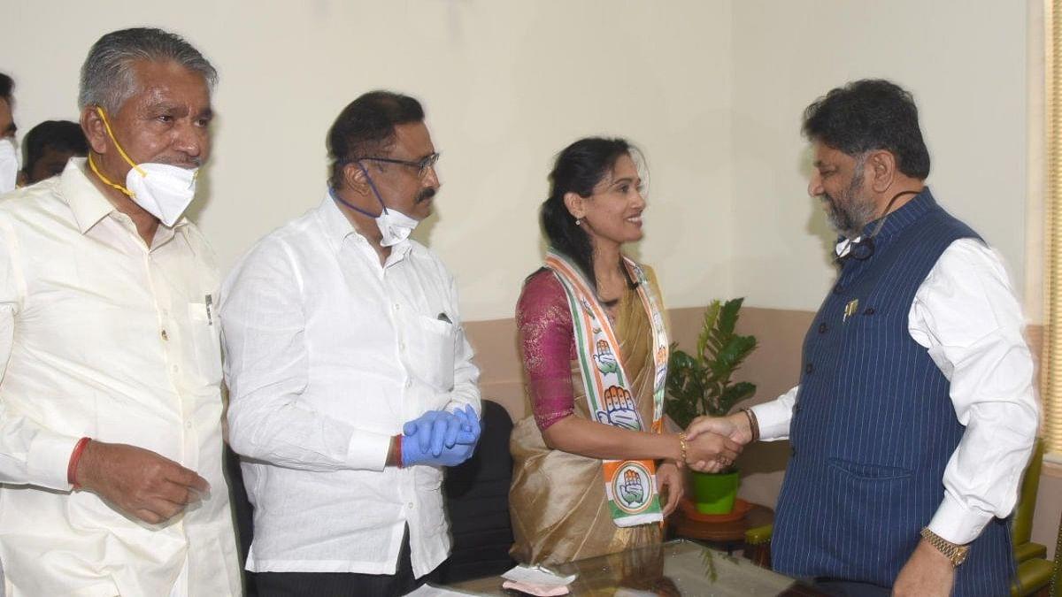 Kusuma with KPCC president DK Shivakumar.
