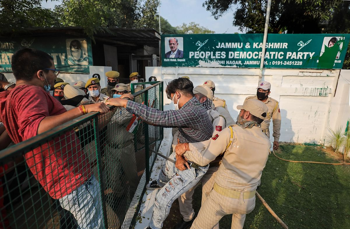 Police attempt to detain ABVP activists trying to hoist the Tricolor at PDP headquarters, in Jammu, Sunday, 25 October.