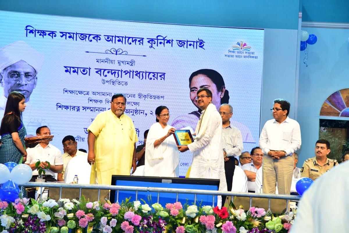Dr Das, receiving Shiksha Ratna award, 2019  from West Bengal Chief Minister Mamata Banerjee.