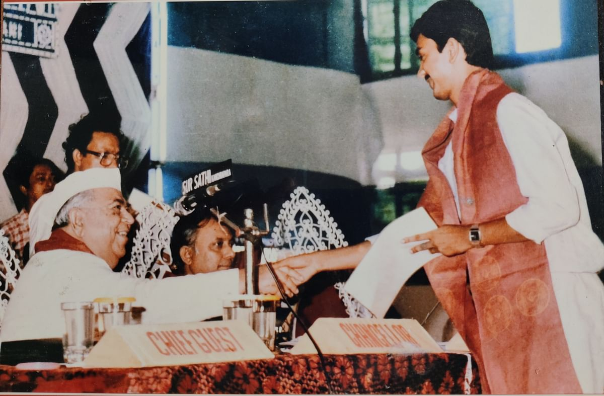 Dr Das receiving an award at convocation ceremony (1989) for securing first-class  in B.Sc.