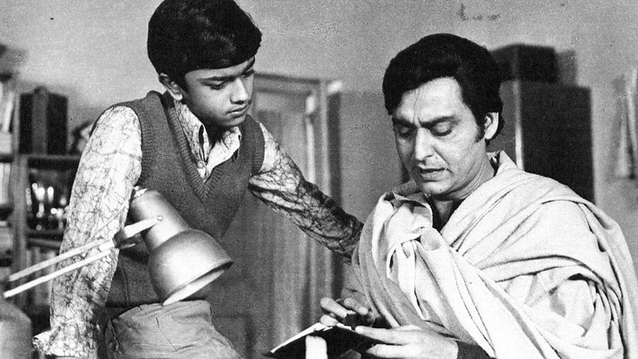 Soumitra Chatterjee and Siddhartha Chatterjee in <i>Sonar Kella.&nbsp;</i>