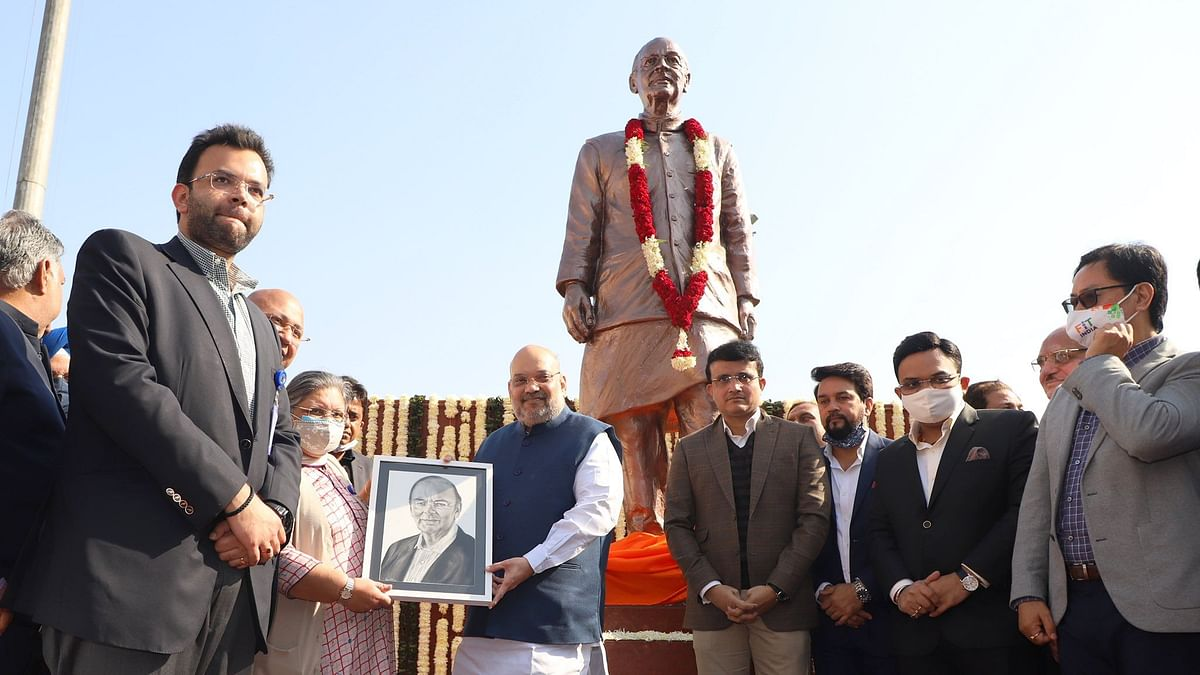 Arun Jaitley's statue being unveiled at the Arun Jaitley Stadium.