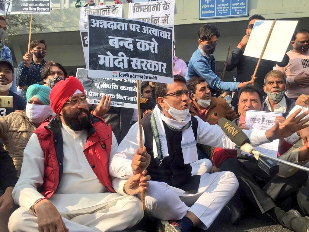 Hundreds of Delhi Congress activists on Tuesday staged a protest and stopped traffic near the Income Tax Office.
