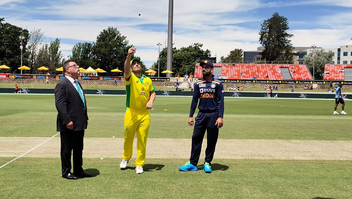 Virat Kohli and Aaron Finch at the toss in the third ODI.