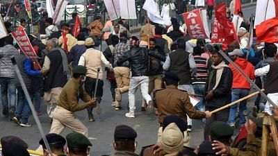 The farmers, already huge in numbers, quickly gained strength with every passing minute and broke the barricades between Gandhi Maidan and Dak Bunglow Chowk.