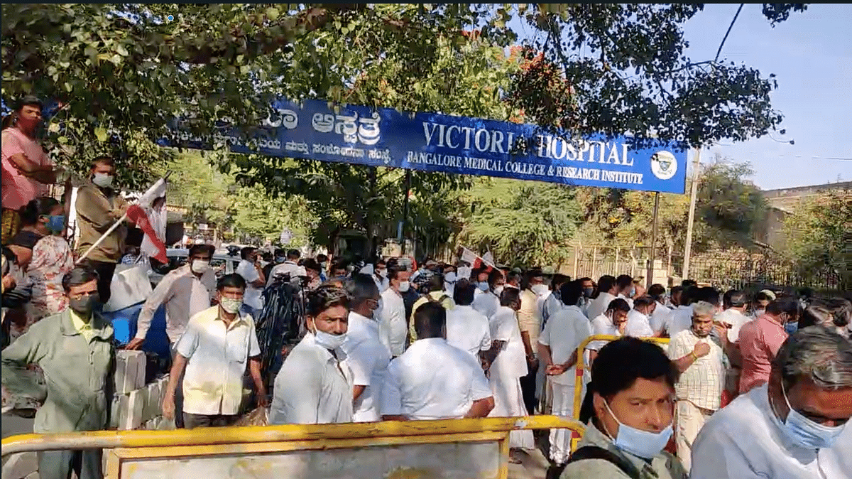 Sasikala supporters outside Victoria Hospital.