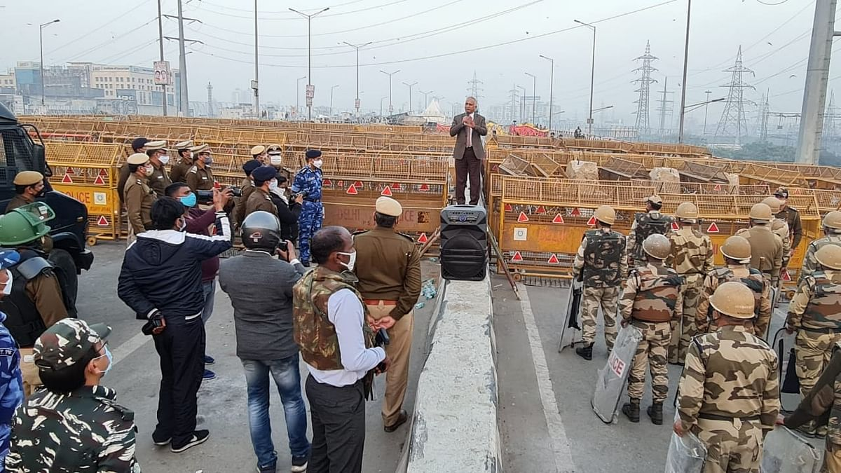 Delhi Police chief visits Ghazipur border.