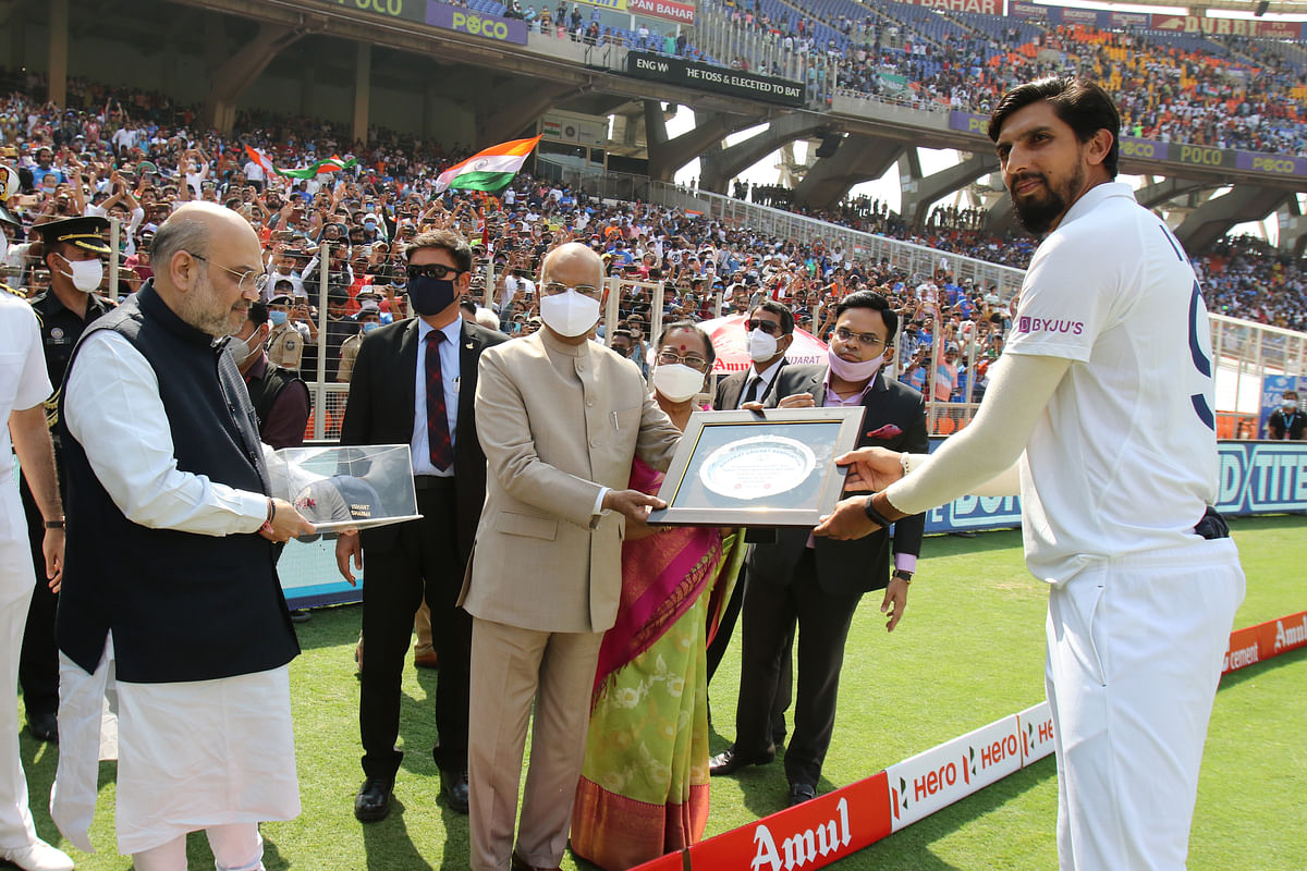 President Ram Nath Kovind presents Ishant Sharma with a memento.