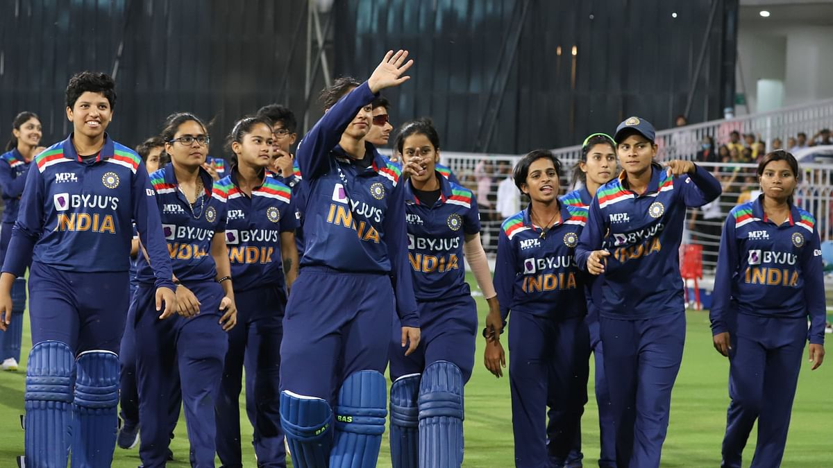 India's women's cricket team beat South Africa by nine wickets in the third and final T20 International on Tuesday.