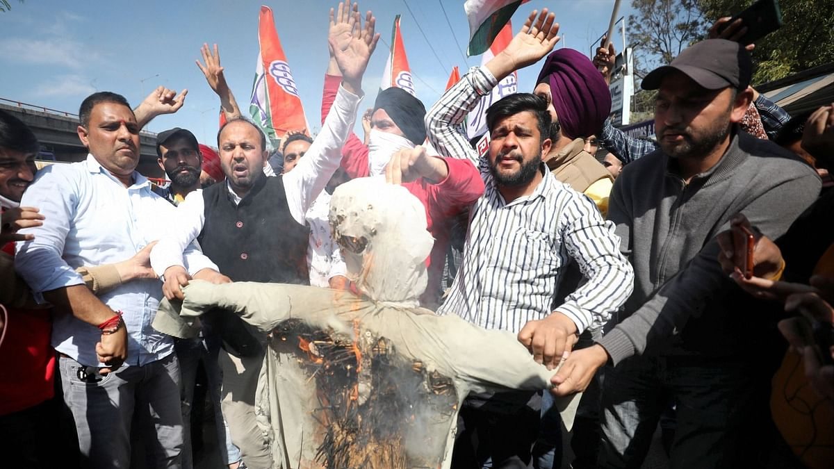 Cong Members In Jammu Burn Effigy Of Ghulam Azad For Praising Modi