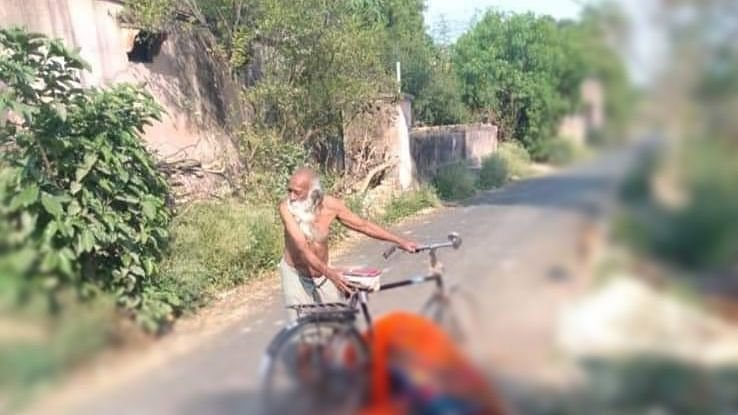 An old man was forced to carry his deceased wife's body on his cycle for hours in search of a place to cremate her.
