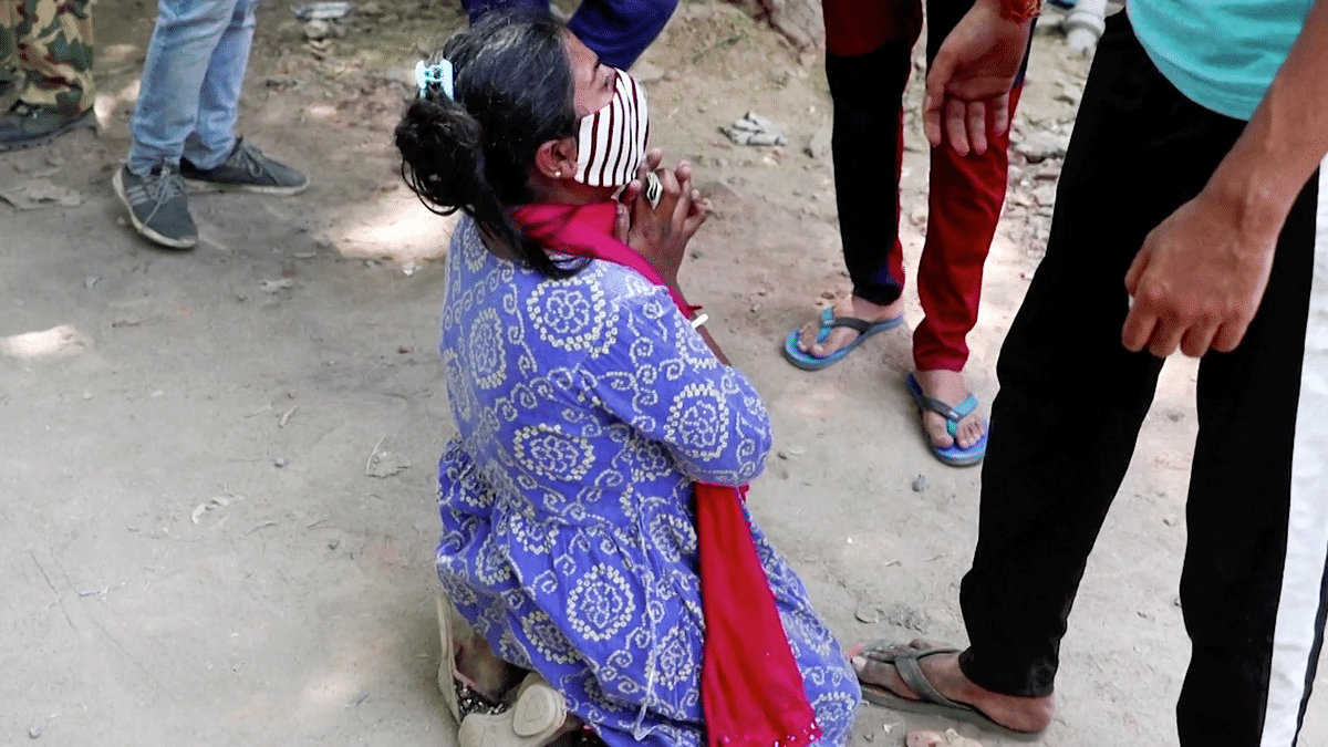 Shruti Saha, who lost her mother due to a shortage in oxygen supply, wails on a Delhi street.