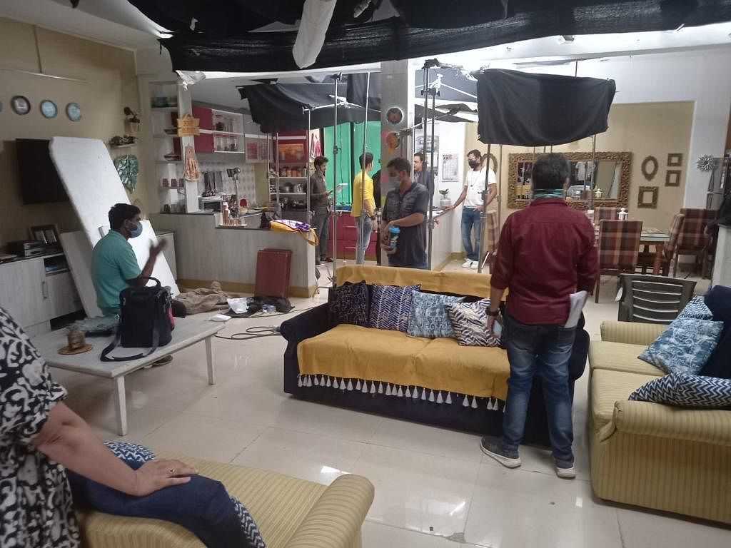 """<div class=""""paragraphs""""><p>From the sets of a daily tv show.</p></div>"""