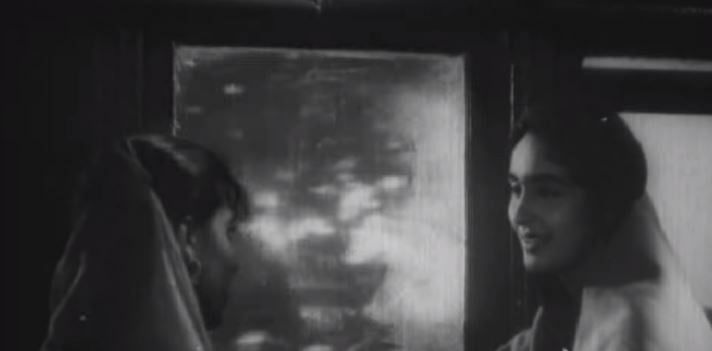 """<div class=""""paragraphs""""><p>Nutan's character travelling to India, in a still from 'Chhalia'</p></div>"""