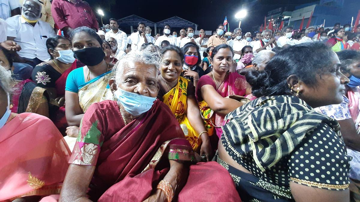 Massive crowds gather at Thiruporur to hear Thirumavalavan speak.