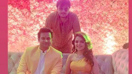 """<div class=""""paragraphs""""><p><em>The Kapil Sharma Show</em> stars Sugandha Mishra and Sanket Bhosale.</p></div>"""
