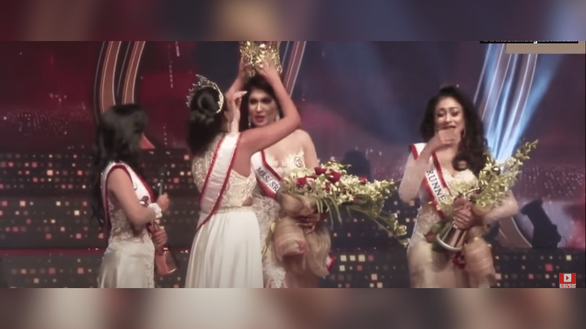 """<div class=""""paragraphs""""><p>Mrs. Sri Lanka, Pushpika De Silva being de-crowned by the former winner of the pageant</p></div>"""