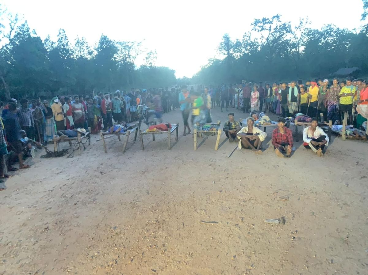 Villagers with the injured on the road. Nearly 18 people have been reported to sustain injuries after Chhattisgarh police allegedly opened fire on the protesting villagers.