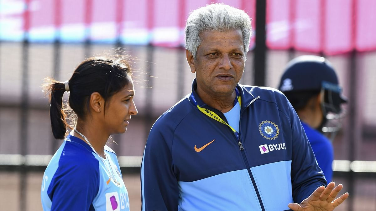 WV Raman and Harmanpreet Kaur in conversation during a training session.