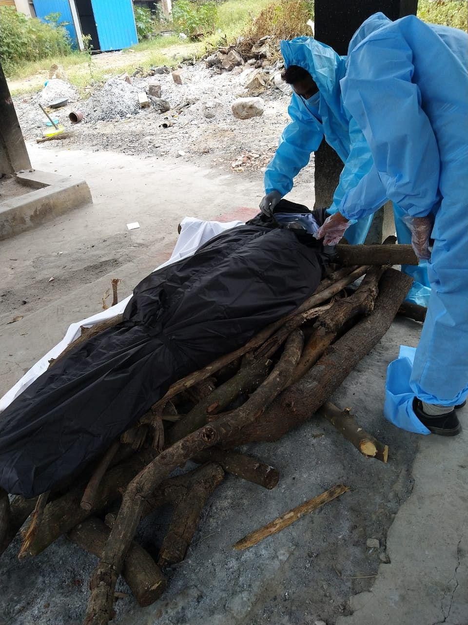 """<div class=""""paragraphs""""><p>Sai Teja cremates a body at a crematorium in Hyderabad </p></div>"""
