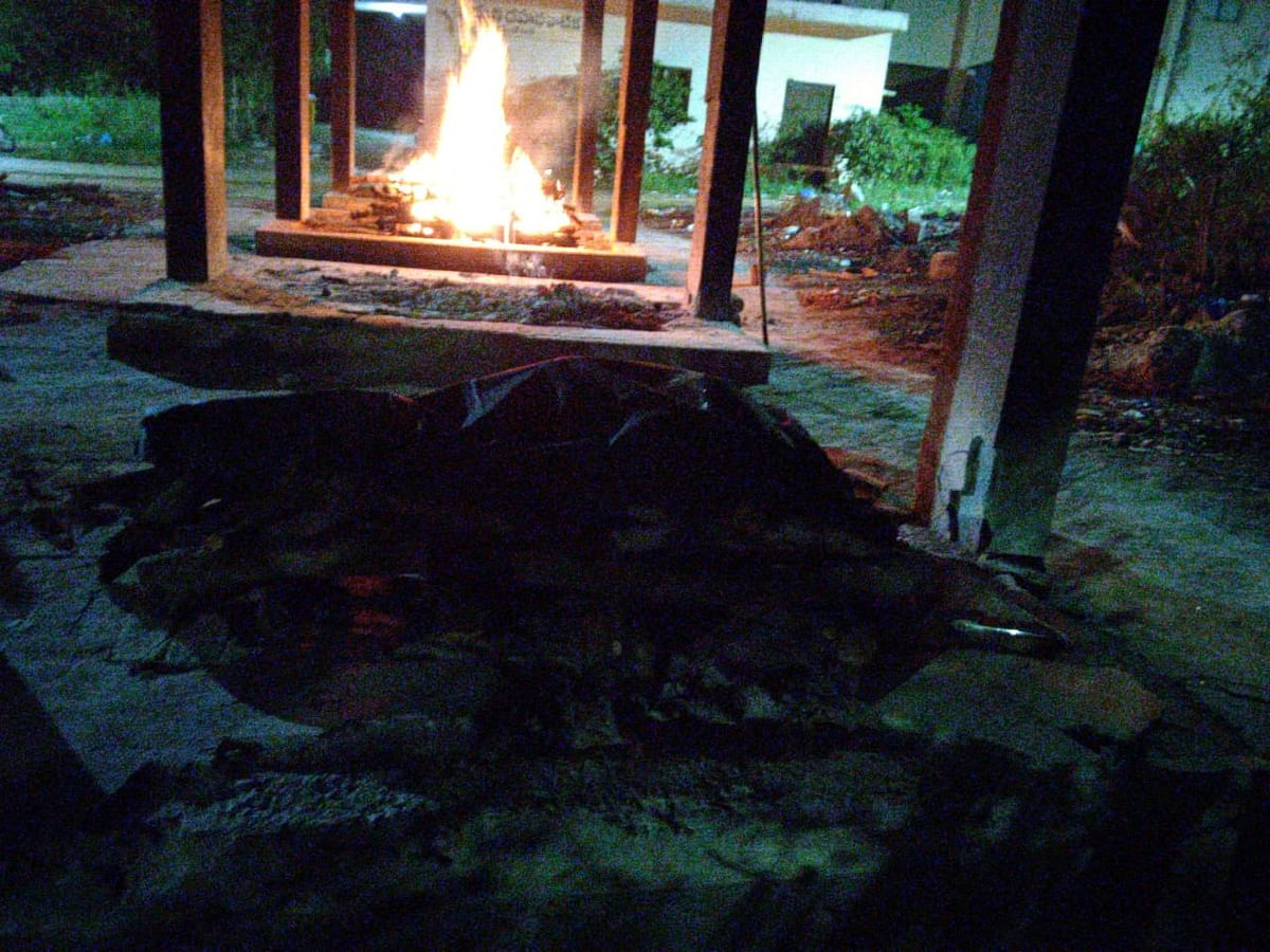 """<div class=""""paragraphs""""><p>A body, for which the techie team organised the  last rites, burns at a crematorium in Hyderabad.</p></div>"""