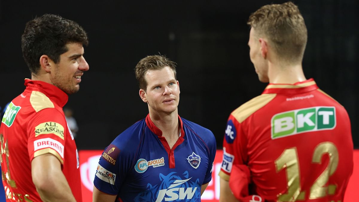Steve Smith chatting with Moises Henriques and Riley Meredith during IPL 2021.