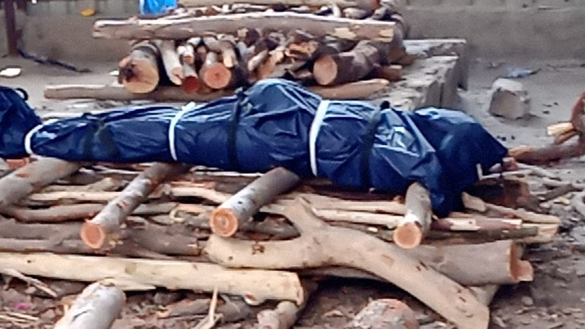 """<div class=""""paragraphs""""><p>A body of a COVID-19 victim in Hyderabad kept for cremation on a pyre.&nbsp;</p></div>"""